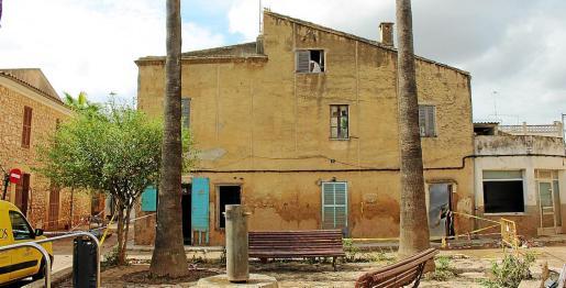 Algunas casas del pueblo tuvieron que ser demolidas por los efectos de la riada. La vivienda ubicada en la Plaça de Jaume Santandreu tuvo que ser derribada y el Ajuntament se ha planteado la compra para la ampliación del espacio público.