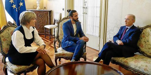 Esperanza Munar, oficiala mayor del Parlament, Baltasar Picornell, y Antoni Terrasa.