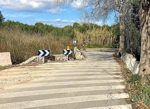 La carretera del Port Vell está en malas condiciones. Se trata de una vía muy estrecha para la cantidad de tráfico que soporta.
