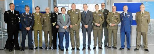 El rector de la UIB, Llorenç Huguet, y el comandante general de Baleares, Juan Cifuentes, en el centro, con ponentes de las jornadas.