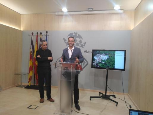 El concejal José Hila y el gerente Urbanismo, Joan Riera.
