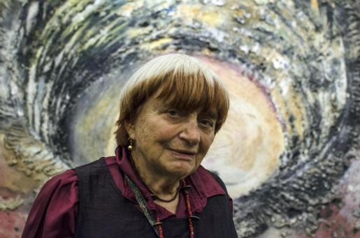 Agnès Varda, mujer comprometida con la cultura y amiga de Miquel Barceló, durante una visita a una exposición del artista mallorquín en París.