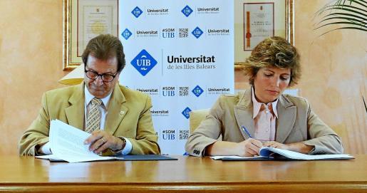 El rector de la UIB Llorenç Huguet y la vicepresidenta del Grupo Iberostar Gloria Fluxá firmaron el convenio de colaboración.
