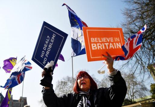 Manifestantes pro y anti Brexit se han concentrado ante el Parlamento británico.