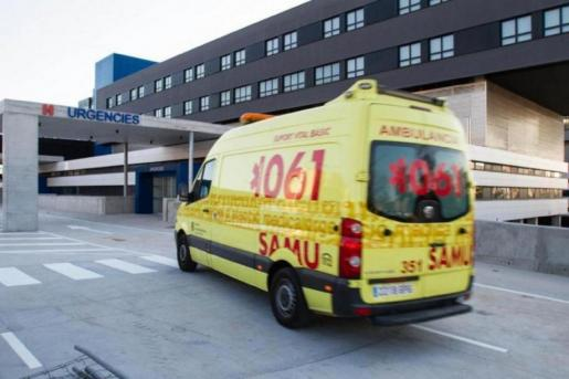 Imagen de archivo d euna ambulancia del 061 llegando a la puerta de urgencias del Hospital Can Misses en Ibiza