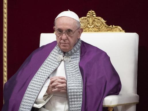 El papa Francisco oficia una misa penitente en la Basílica de San Pedro en El Vaticano.