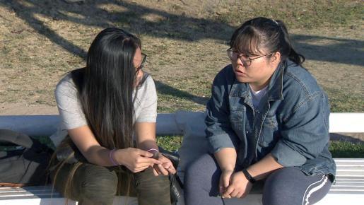"""Dos jóvenes chinas, adoptadas hace una veintena de años, Sara y Alejandra, han vuelto a reencontrarse después de """"más de 50.000 retuits"""" del anuncio que Sara publicó para encontrar """"el único vínculo con su origen"""", ya que ambas estuvieron en el mismo orfanato antes de ser acogidas por familias españolas."""