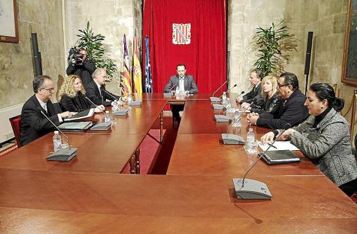 El president Bauzá y la cúpula de la patronal hotelera de Mallorca, en el Consolat.