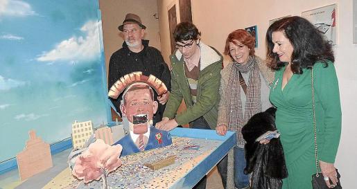 """Pere Bennássar, Jonathan Notario, Yolanda González y Adela Cruz con la obra finalista """"Vomit-Art""""."""
