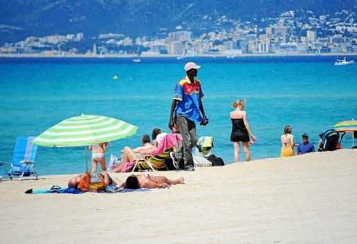 Imagen de archivo de un vendedor ambulante en la Playa de Palma.