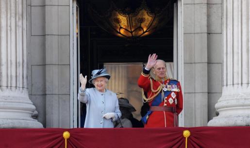 La reina Isabel II de Inglaterra (izda) y su esposo, el príncipe Felipe, duque de Edimburgo.