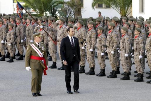 José Ramón durante su etapa de president del Govern pasando revista.