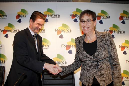 La consellera de Turisme, Joana Barceló, con el presidente de TUI, Volker Böttcher.
