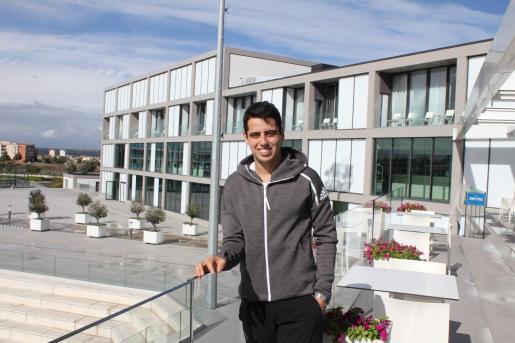 Jaume Munar posa en las instalaciones de la Rafa Nadal Academy by Movistar en Manacor.