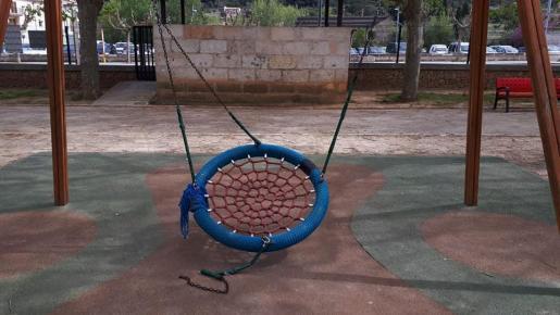 Imagen del columpio en el que jugaba la niña y en el que se aprecia la rotura de uno de sus anclajes.