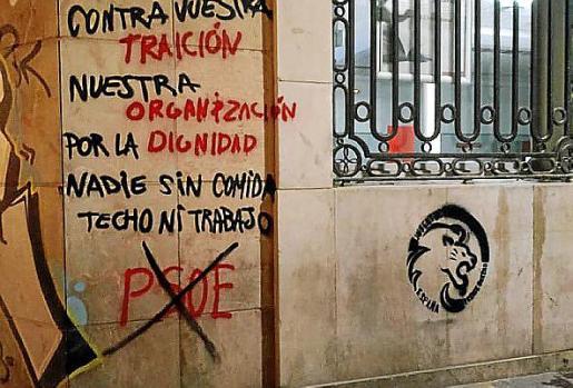 En la pintada en la sede del PSIB-PSOE se les acusa de cometer una traición.