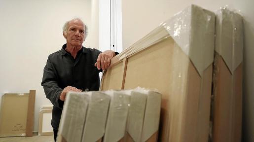 Ñaco Fabré posó hace unos días en el Centre de Cultura Sa Nostra de Palma, durante el montaje de 'Univers de paper'.