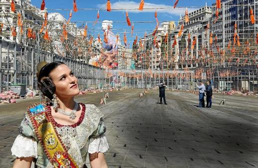 Mar Sánchez, en la Plaza del Ayuntamiento de Valencia, viendo los preparativos de la 'mascletá'.