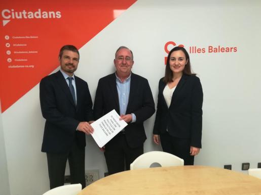 Marc Pérez-Ribas, Agustín Buades y Beatriz Camiña antes del encuentro mantenido sobre las propuestas de Ciudadanos relacionadas con la familia.