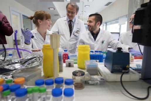 El jefe del grupo de investigación translacional en oncología hepática del IDIBAPS, Josep M. Llovet (c), junto a la investigadora del mismo programa del IDIBAPS, Roser Pinyol (i), posan en el laboratorio poco antes de la ruede de prensa en la que han presentado los resultados de un estudio europeo que ha demostrado que si se inhibe la activación y el número de plaquetas en el hígado se frena que el hígado graso derive en carcinoma hepatocelular (un tipo de cáncer hepático).