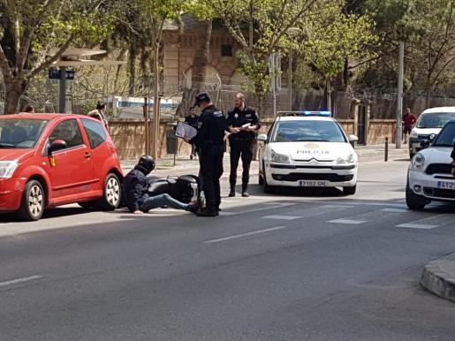 El motorista, en el suelo, tras el accidente.