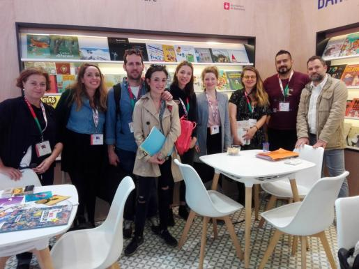 La tècnica Karen Müller junto a los ilustradores y editores Maria Madrid, Toni Galmés, Marta Jové, Noemí Aiolo, Julie Reier, Aina Bestard, Canizales e Iván Mata.