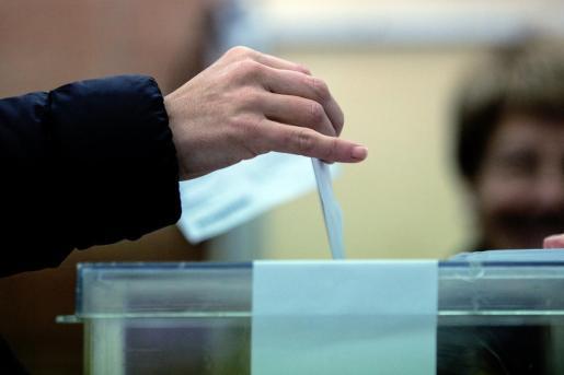 Un ciudadano deposita su voto en la urna.