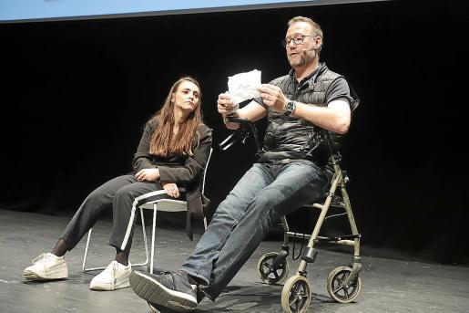 Miriam Fernández y Pedro García Aguado leen una tarjeta con los miedos de los asistentes.