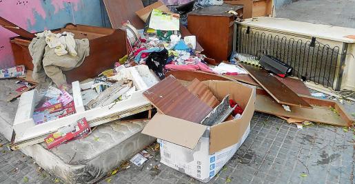 Imagen de archivo de trastos en Son Gotleu. El servicio evaluará también la recogida de voluminosos.
