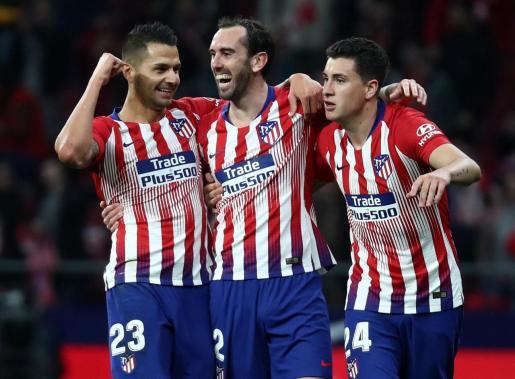 Diego Godin celebra el primer gol del Atlético junto a Vitolo y Giménez, durante el partido disputado en el Wanda Metropolitano.