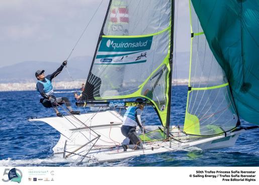 Imagen de un catamarán Nacra 17, en acción, en la segunda jornada del Trofeo Princesa Sofía Iberostar.