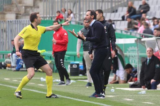 El colegiado López Toca expulsa al entrenador del Real Mallorca, Vicente Moreno, en el partido que enfrentó el pasado domingo al conjunto bermellón y al Córdoba en el Nuevo Arcángel.