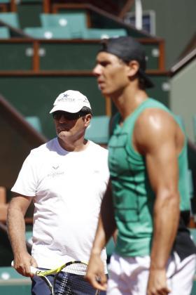 Imagen del tío y entrenador de Rafael Nadal, Toni Nadal, durante una sesión de entrenamiento previa a su participación en el Roland Garros en 2017.
