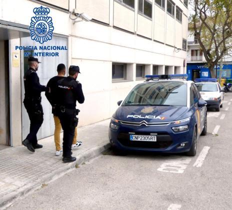 Agentes de la Policía Nacional custodiando al presunto autor del apuñalamiento.