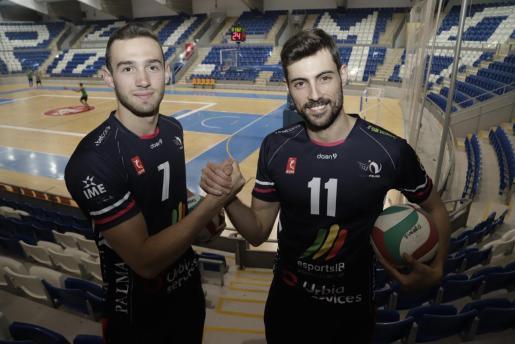 Los jugadores del Urbia Palma Jordi Ramon y Renzo Cairús posan en Son Moix antes de iniciar la serie de semifinales por el título de la Superliga ante el Teruel.