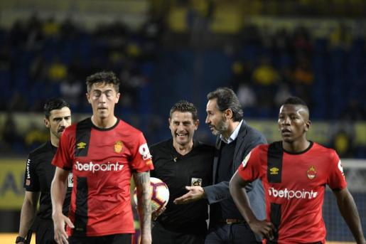 El entrenador del Real Mallorca, Vicente Moreno, dialoga con el colegiado tras el partido entre Las Palmas y el Real Mallorca.