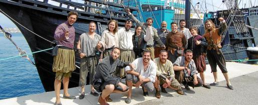 La tripulación de la nave, este miércoles en el puerto de Palma.