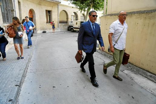 El fiscal Subirán (a la derecha) ha estado al cargo de las investigaciones desde su inicio en 2014. Penalva (izquierda) asumió el caso en el verano de 2015 tras la marcha de la primera instructora, y se mantuvo hasta marzo de 2018.