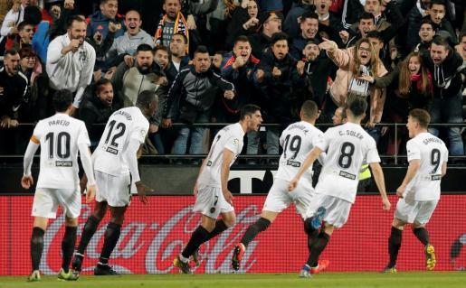 El centrocampista portugués del Valencia CF Gonçalo Guedes (3i) celebra su gol, primero del equipo ante el Real Madrid.