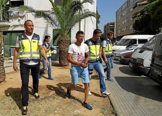 Uno de los detenidos, en julio de 2016, custodiado por agentes de la Policía Nacional.