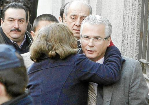 Una mujer saluda efusivamente al juez Baltasar Garzón a su llegada, ayer, al Tribunal Supremo.