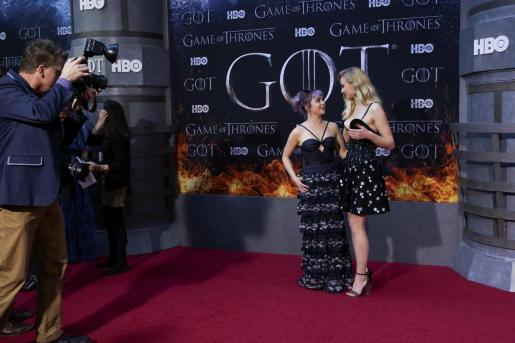 Maisie Williams y Sophie Turner coinciden a su llegada a la premiere de la temporada final de 'Juego de tronos' en Nueva York.