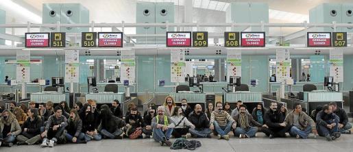 Trabajadores de Spanair y Newco, la empresa de asistencia en tierra de la compañía, se concentraron ayer en el aeropuerto de Barajas.