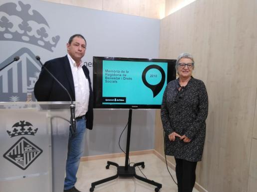 El director general de Serveis Socials, Joan Antoni Salas, y la regidora de Benestar i Drets en Cort, Mercé Borràs.