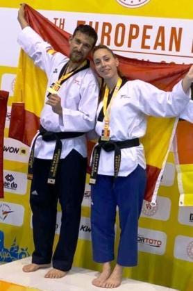 Andreu Durán y Patricia Camino posan con sus medallas en el podio.