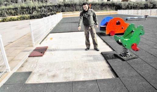 José Antonio, técnico del Ayuntamiento, en el parque infantil de sa Coma, en Andratx.