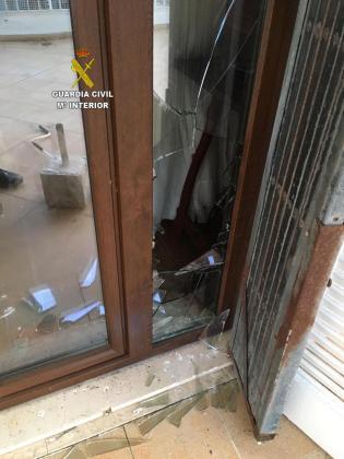 Detalle de la puerta con los cristales rotos por el ladrón.