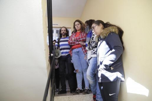 Vecinos y la plataforma Stop Desahucios se han personado a la hora del desahucio en la vivienda de una familia de Palma.