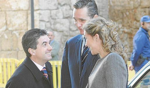 Jaume Matas dialoga con Iñaki Urdangarin y la infanta Cristina en enero de 2006.