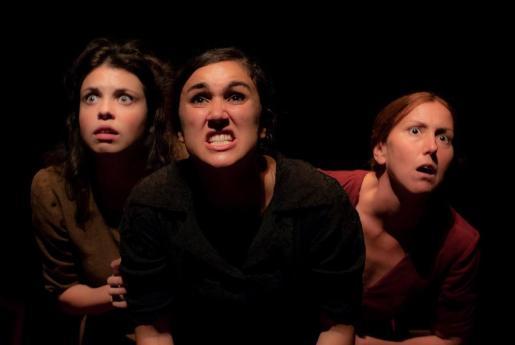 Las tres actrices que protagonizan 'Llum trencada' de Iguana Teatre.